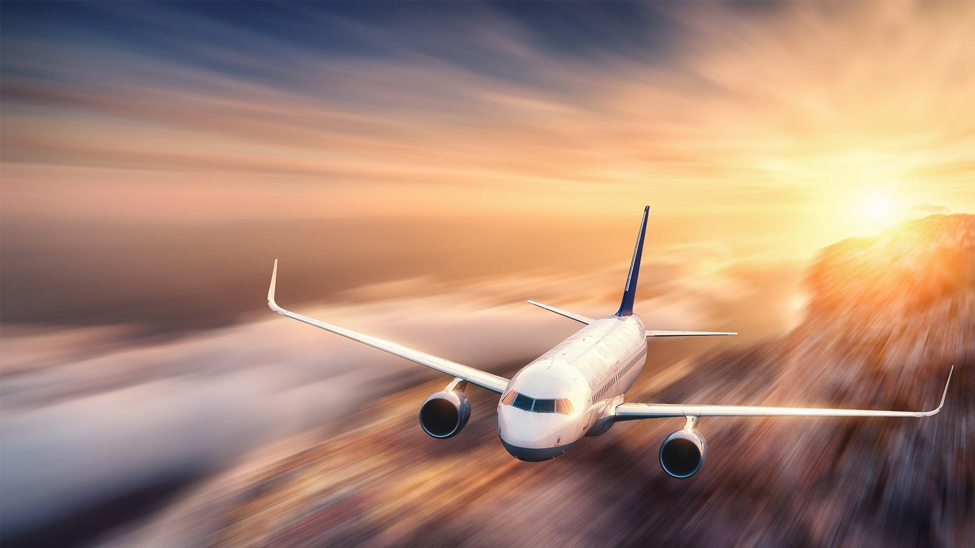 Flugzeug am Himmel mit Sonne im Hintergrund