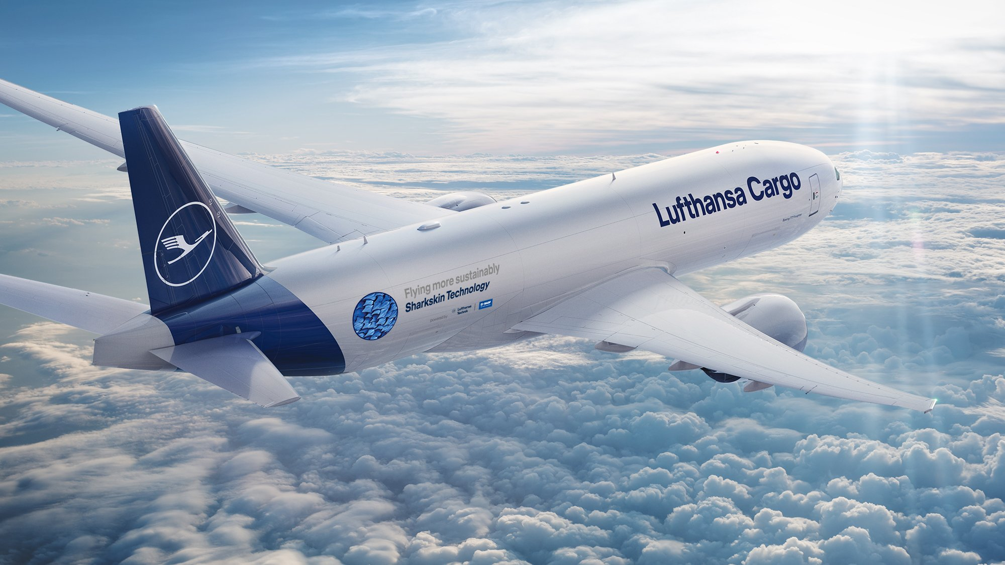 Lufthansa Cargo Flugzeug in den Wolken, Aufschrift: Flying more sustainably