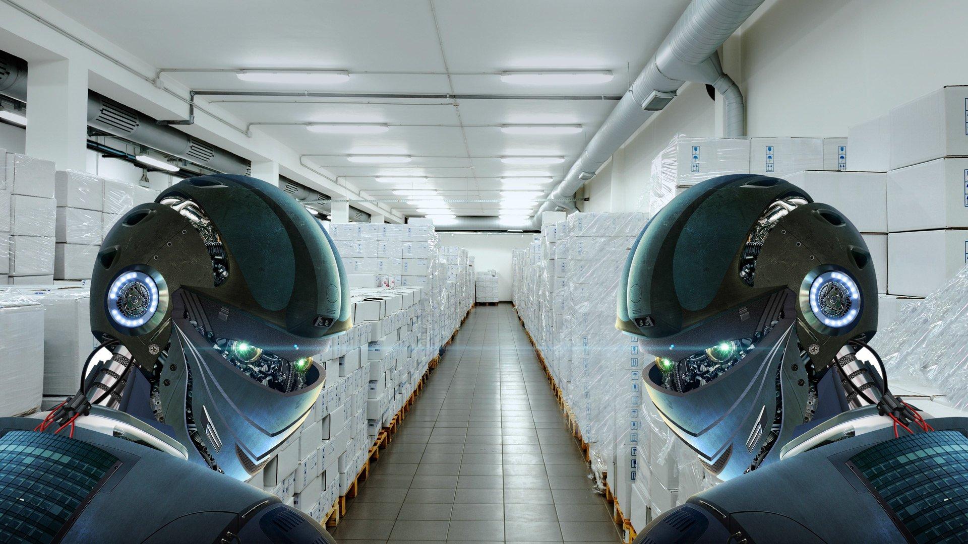 Symbolbild: 2 futuristische Roboter im Warenlager