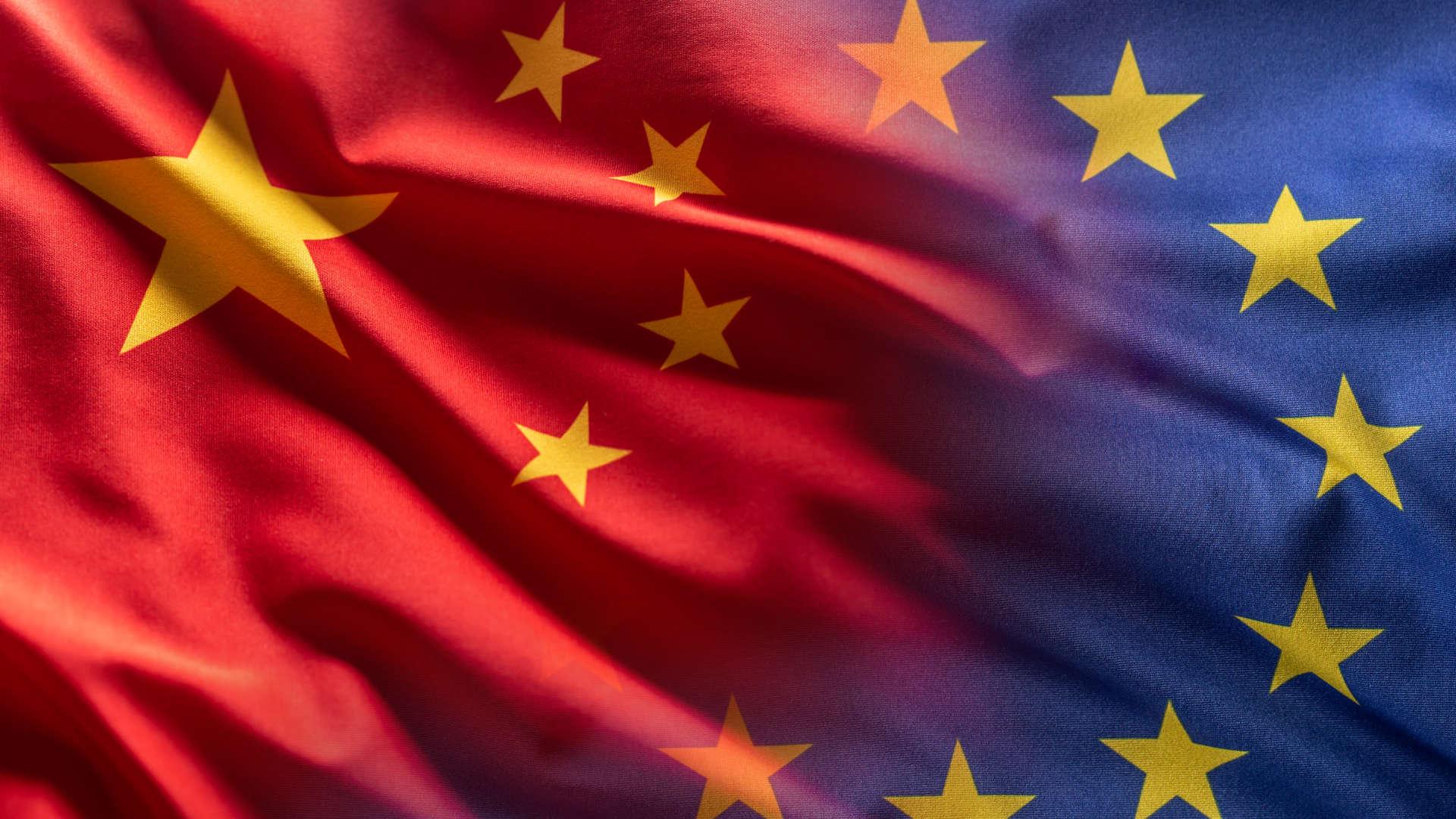Die Flaggen von China und EU