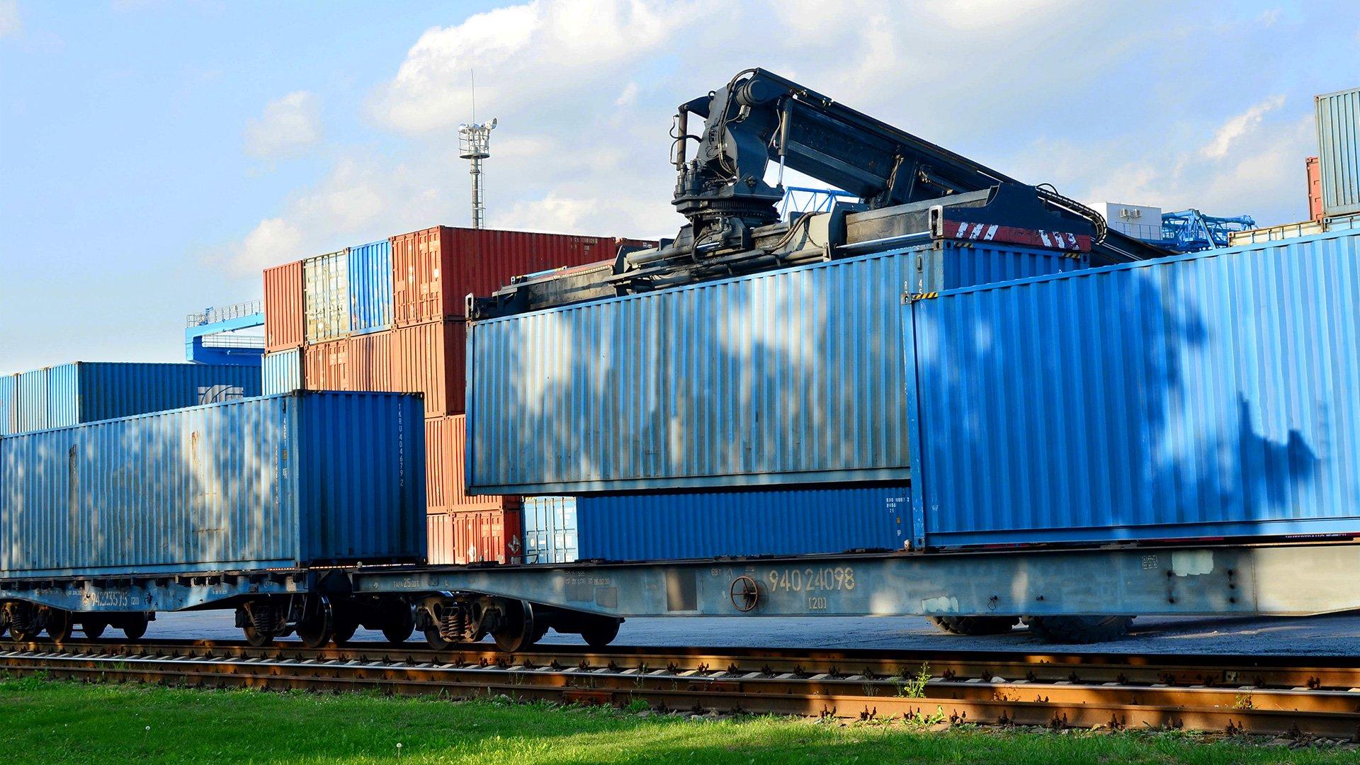 Verladung eines Schiffscontainers auf einen Güterwagen