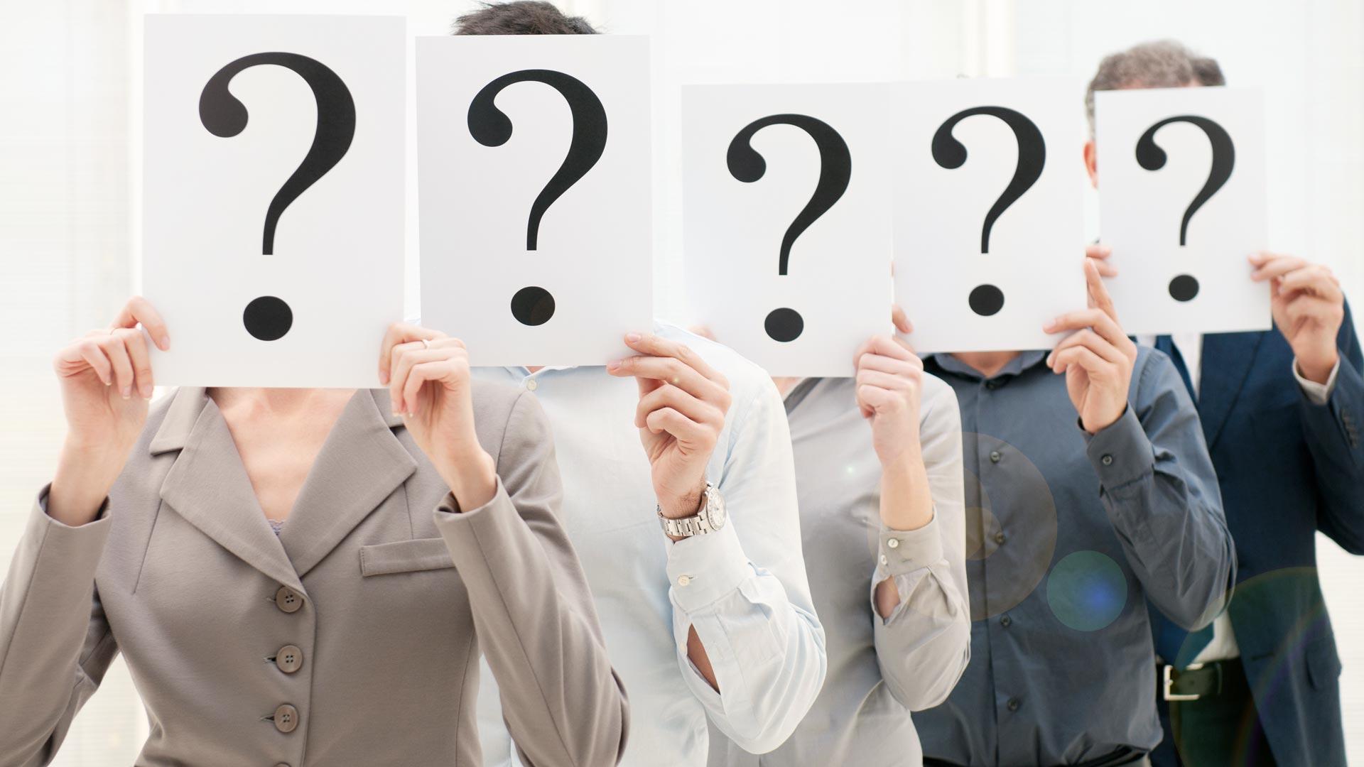 Mitarbeiter Team, Gesichter hinter Blatt mit Fragezeichen verborgen